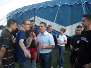 Na zdjęciu Robet Winnicki i grupa polskich narodowców z podejrzanym o związki z rosyjskim wywiadem Belą Kovacsem. Zdjęcie z czasów wspólnego planowania marszy, oraz montowania w Polsce nowej grupy po prawej stronie sceny politycznej